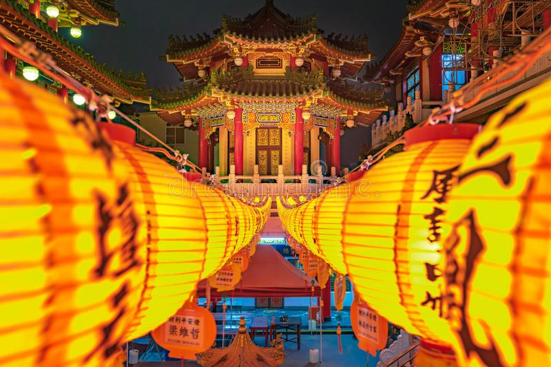 KAOHSIUNG, TAIWAN-NOVEMBER 28, 2019: Panoramasicht auf den Tempel von Sanfeng, der mit traditionellen roten chinesischen Laternen lizenzfreie stockfotografie