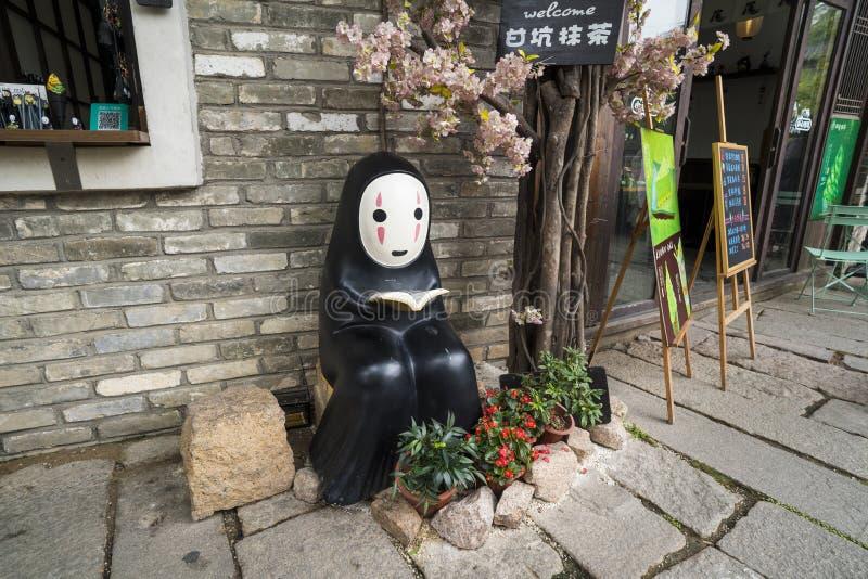 Kaonashi está lendo Kaonashi é um espírito no filme animado japonês espirituoso afastado foto de stock royalty free