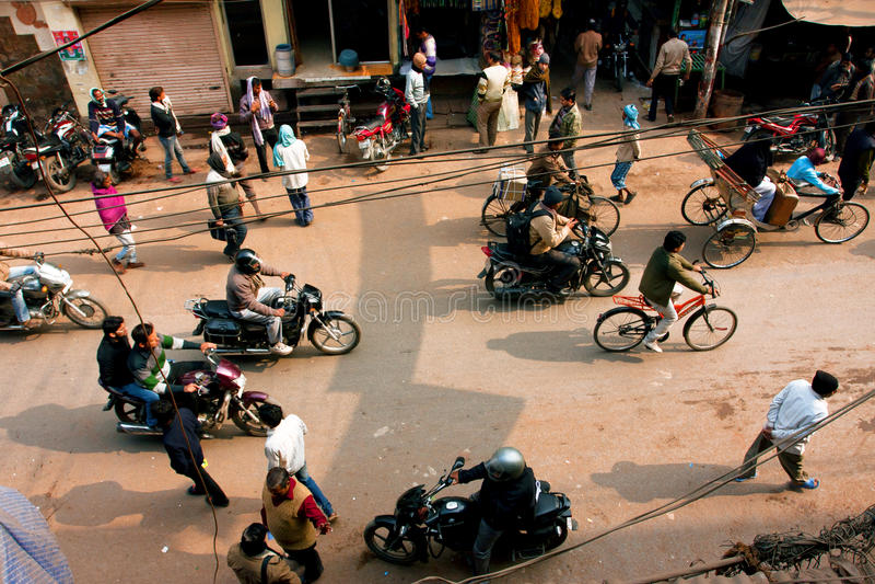 Kaotisk trafik av medel och gångare på gatan i forntida indisk stad arkivfoton