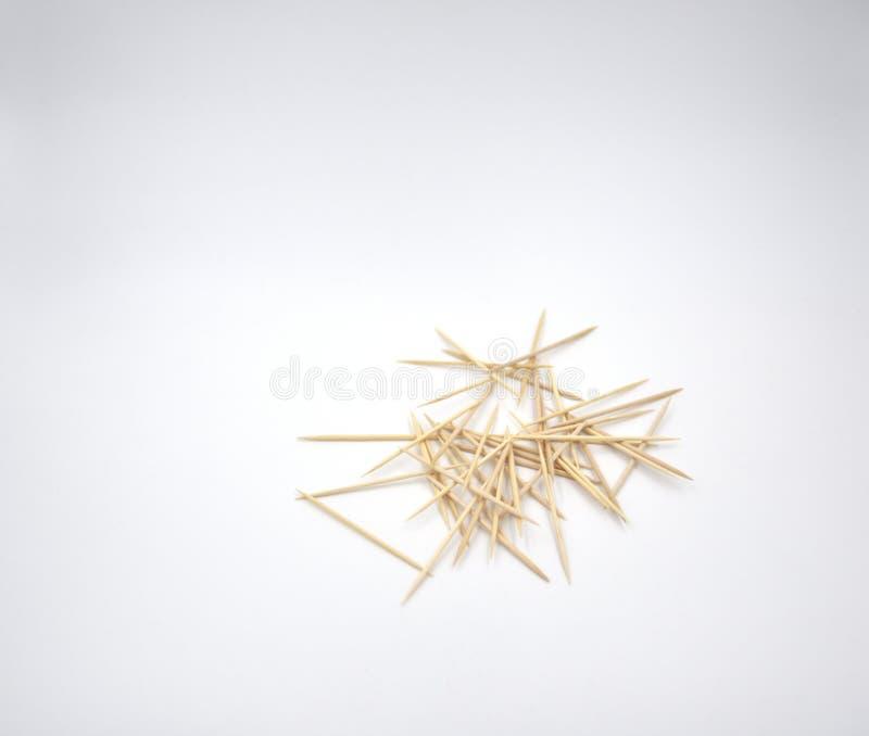 Kaotiska tandpetare på den vita bakgrunden royaltyfri foto