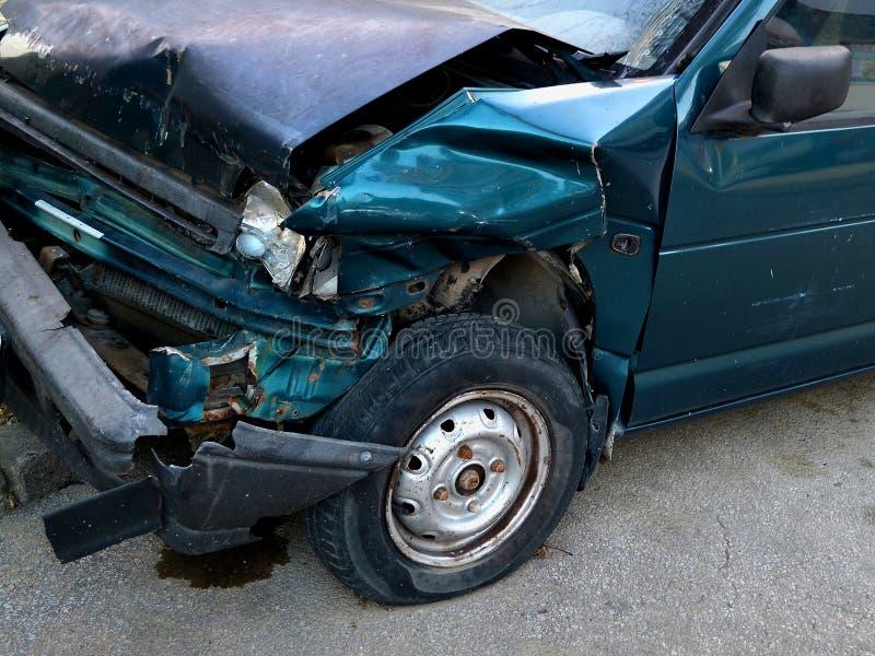 Kap van de donkerblauwe die auto, in een ongeval wordt verpletterd, voor-aan-zijmening royalty-vrije stock fotografie