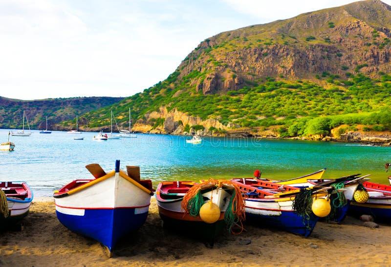 Kap Verdeliten vikstrand, Santiago Island, färgrika fiskebåtar på Tarrafal fotografering för bildbyråer