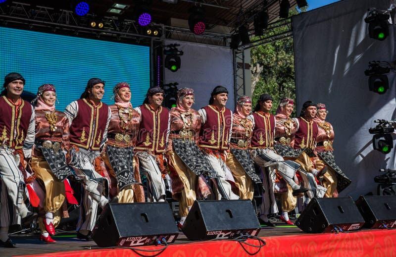 Kapacitet av folkdansgruppen från Turkiet arkivbilder