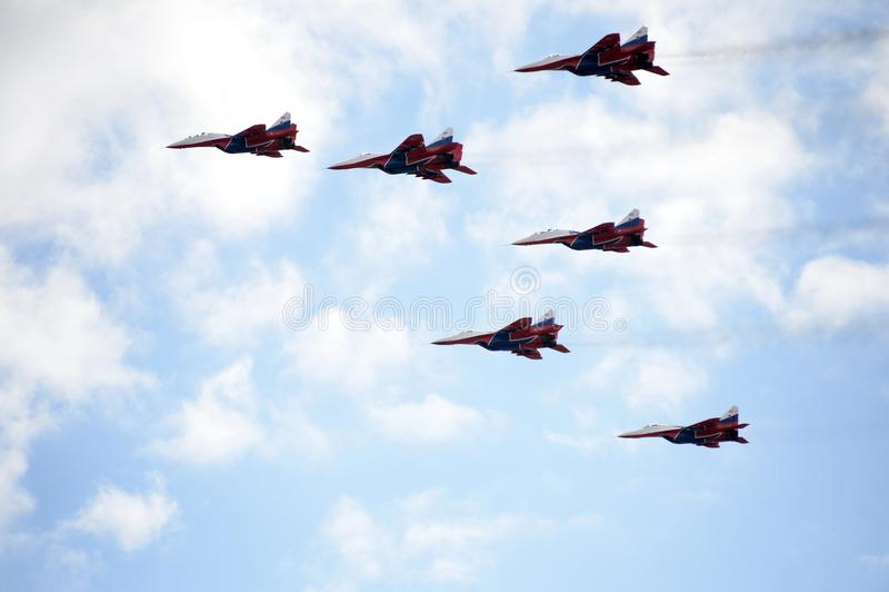Kapacitet av Swifts det aerobatic laget på högt manöverbara kämpar MiG-29 som kan användas till mycket över det Myachkovo flygfäl fotografering för bildbyråer