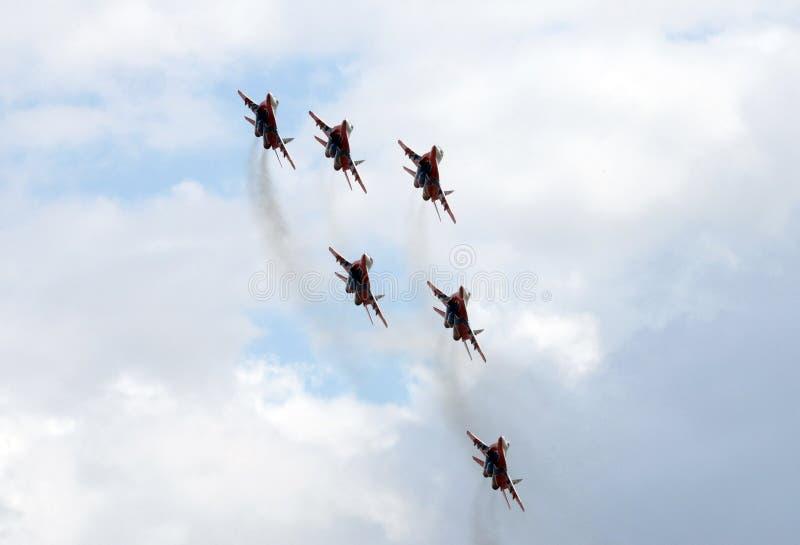 Kapacitet av Swifts det aerobatic laget på högt manöverbara kämpar MiG-29 som kan användas till mycket över det Myachkovo flygfäl arkivbild