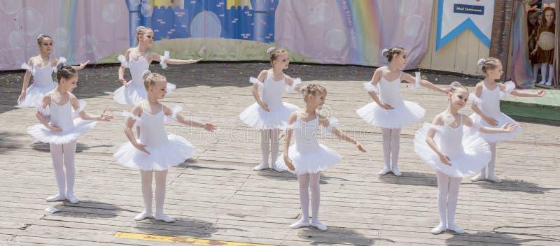 Kapacitet den unga ballerinaSkola-studion Alla Dukhova royaltyfria foton