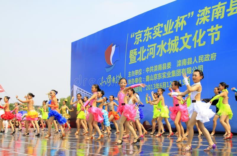 Kapacitet för konditiondanssportar på etappen arkivfoto