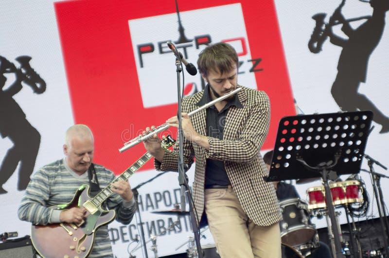 Kapaciteten av flöjtisten i jazzbandet arkivfoton