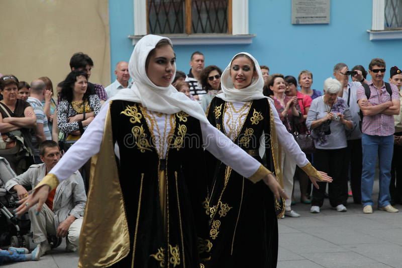 Kapaciteten av solist-dansare av helheten Imamat (sol- Dagestan) med traditionella danser av det norr Kaukasuset royaltyfri foto