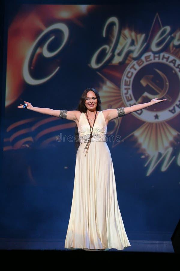 Kapaciteten på etappaktrins och sångaren av den klassiska övergångsdivaen Larisa Lusta för ryss royaltyfri bild
