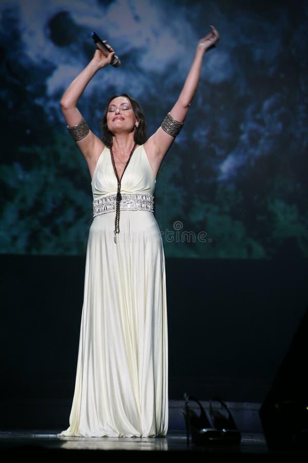 Kapaciteten på etappaktrins och sångaren av den klassiska övergångsdivaen Larisa Lusta för ryss royaltyfria bilder