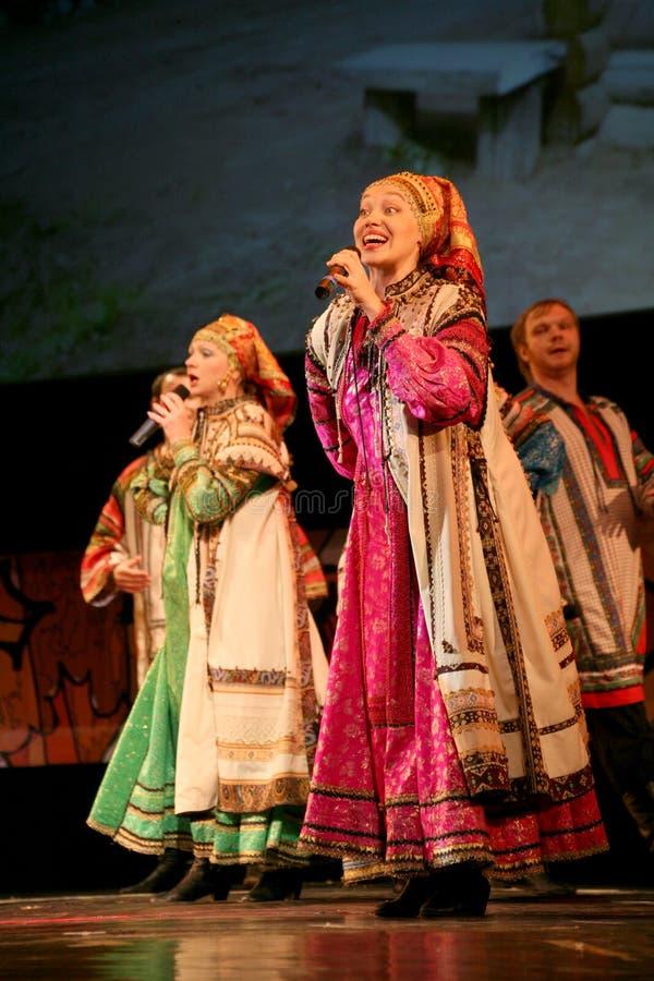Kapaciteten på etappen av skådespelare, solister, sångare och dansare av rysssången för nationell teater arkivbilder