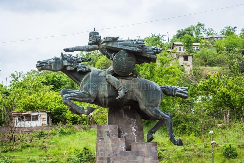 Kapan Armenien - Maj 11, 2017 Stor staty av ryttaren/krigaren på häst royaltyfri fotografi