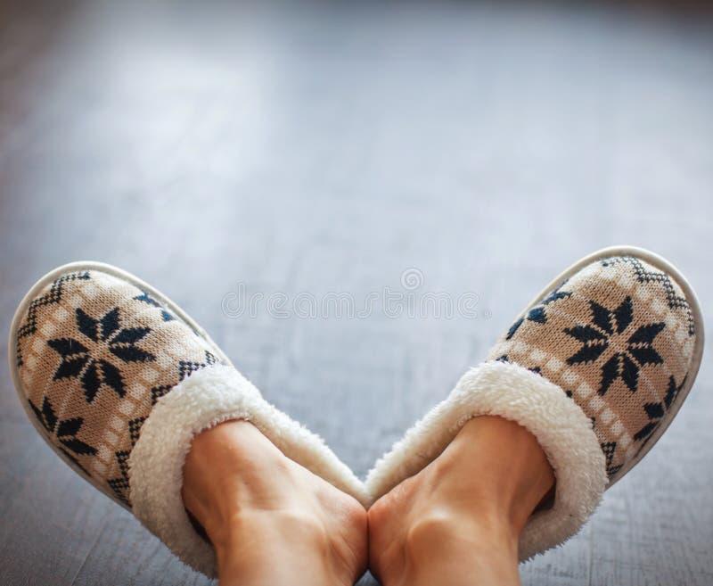 Download Kapcie Na Kobiety ` S Nogach Zdjęcie Stock - Obraz złożonej z soft, obuwie: 106912490