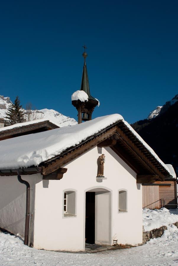 Kapel onder de sneeuw in de bergen royalty-vrije stock foto