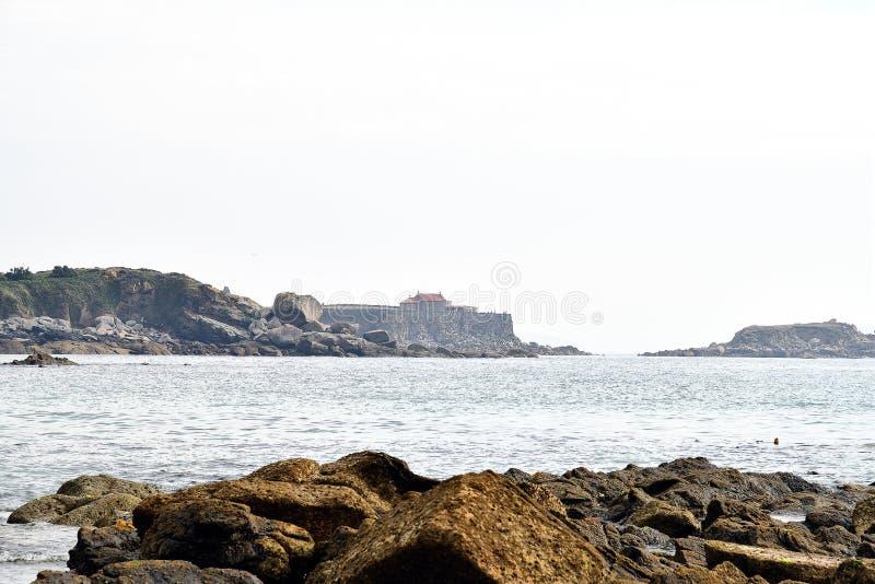Kapel van Onze Dame van Lanzada op de horizon, Galicië royalty-vrije stock fotografie