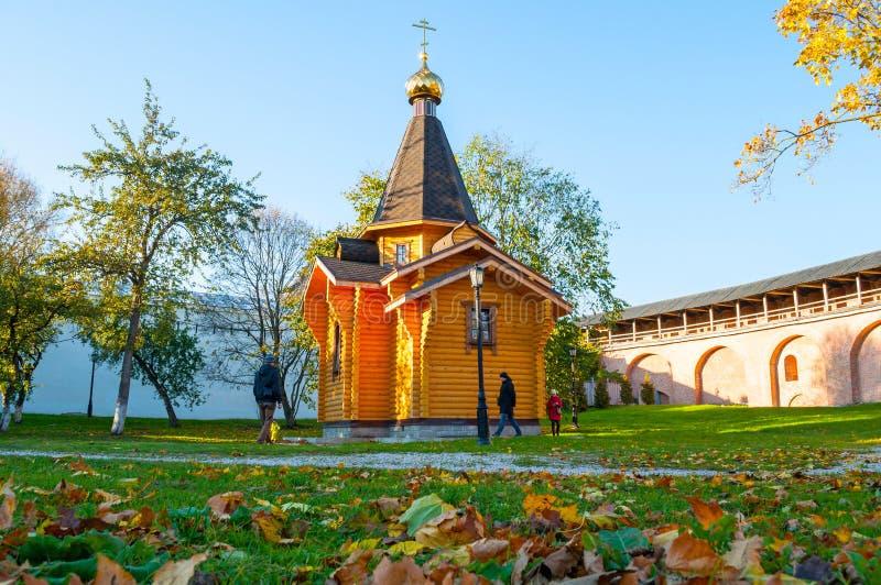 Kapel van St Vladimir in het Kremlin en en mensen die in Veliky Novgorod, Rusland rondwandelen stock foto