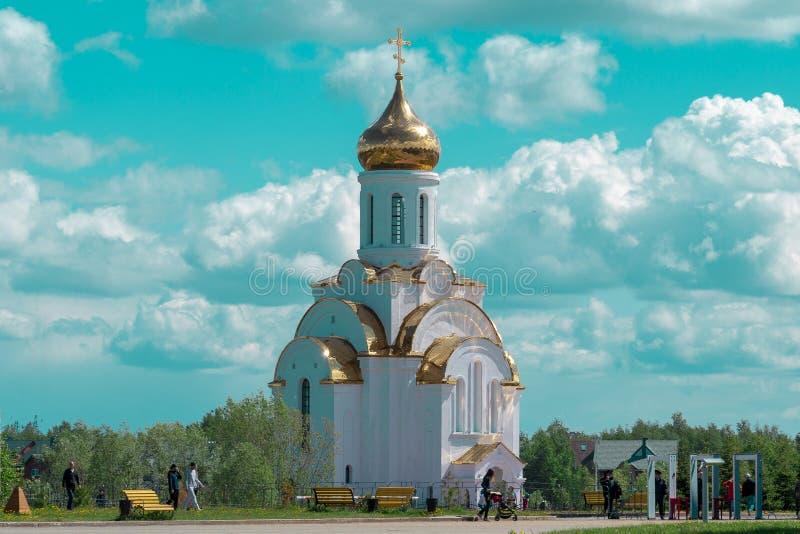 Kapell av den ryska ortodoxa kyrkan på en bakgrund av rosa himmel med vita moln royaltyfri bild