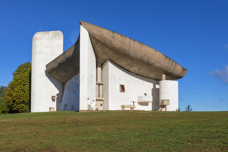 Kapell av Notre Dame du Haut av arkitekten Le Corbusier royaltyfria bilder