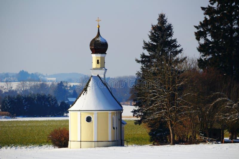 Kapell i snöig bygd royaltyfri fotografi
