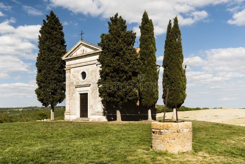 Kapell och vatten väl av Madonna di Vitaleta royaltyfri bild