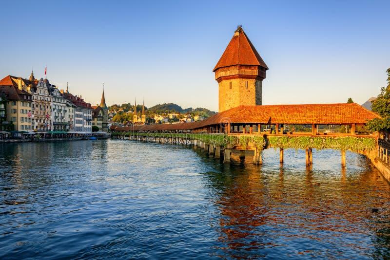 Kapellbro i den gamla staden av Lucerne, Schweiz royaltyfri bild