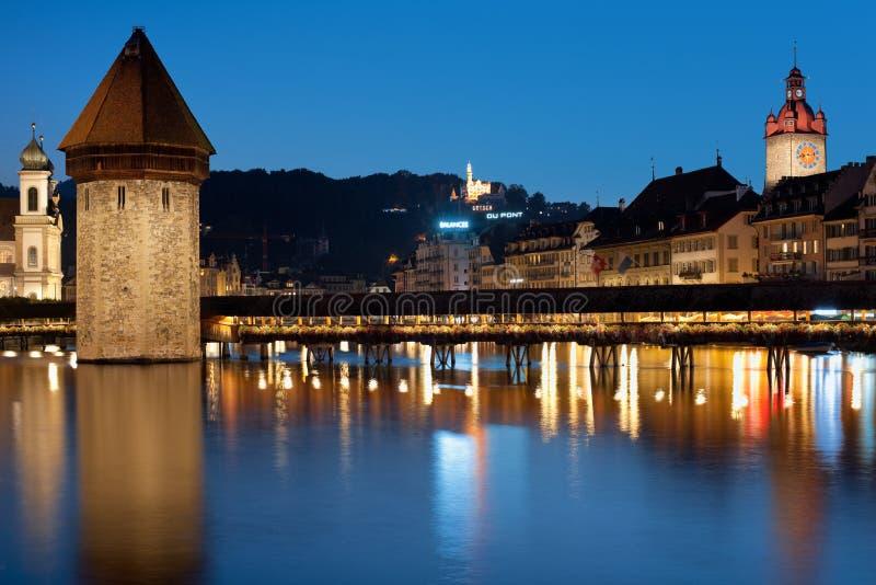 Kapellbro i Luzern på natten arkivfoto
