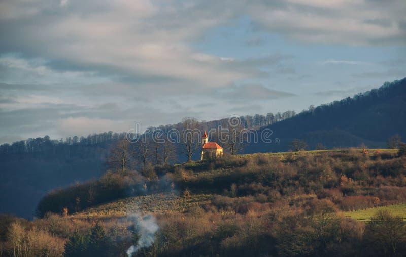 Kapelle auf einem Hügel stockfoto