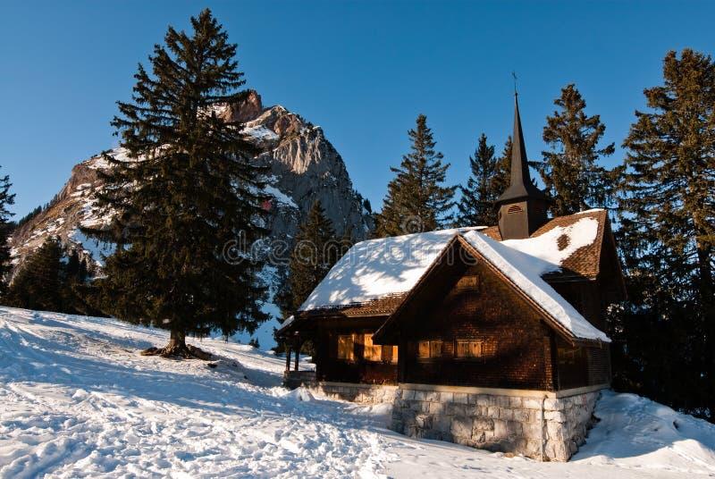 Kapelle in den Alpen lizenzfreie stockfotografie