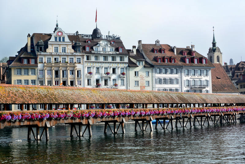 Kapellen-Brücken-Hotels Reuss-Fluss-Luzerne lizenzfreies stockfoto