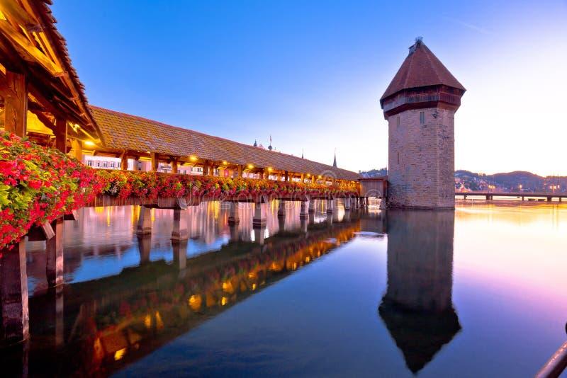 Kapellen-Brücken- und Turmdämmerungsansicht Luzern hölzerne stockfoto