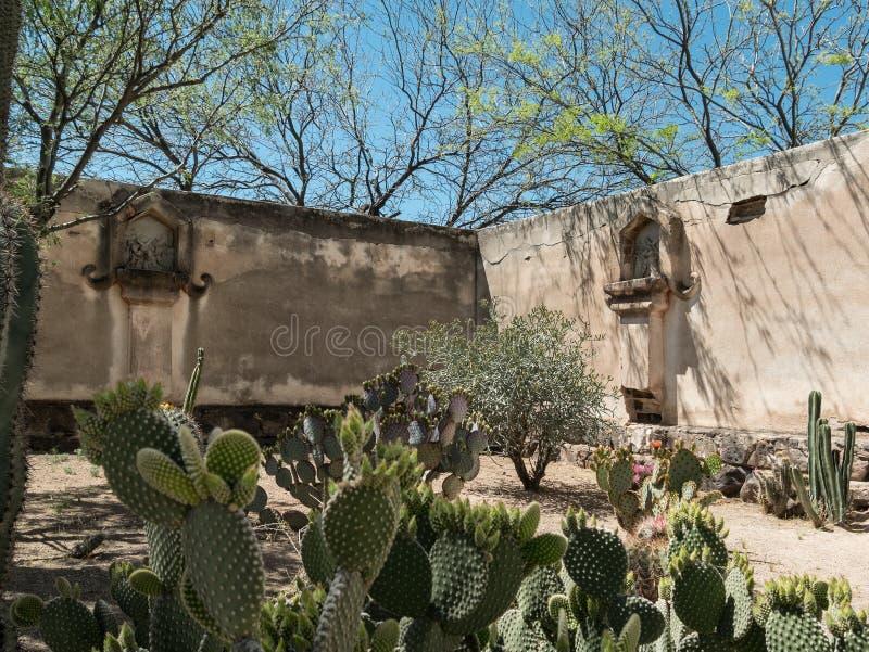 Kapellengarten am Auftrag San Xavier del Bac stockfotografie