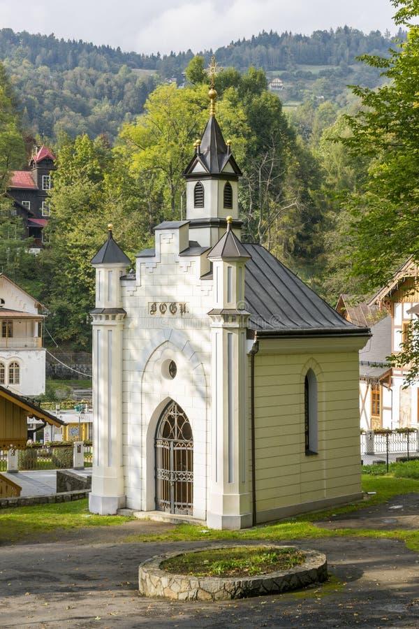 Kapellet i upperen parkerar i Szczawnica, Polen royaltyfri bild