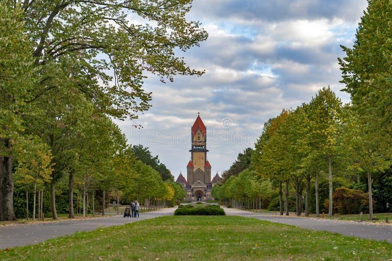 Kapellkomplex, klockatorn, begravnings- korridor och krematorium av Leipzig den södra kyrkogården i Leipzig, Tyskland royaltyfri fotografi