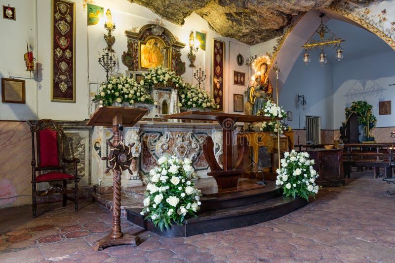 KapellMadonna della Rocca nära Taormina på Sicilien, Italien royaltyfri bild