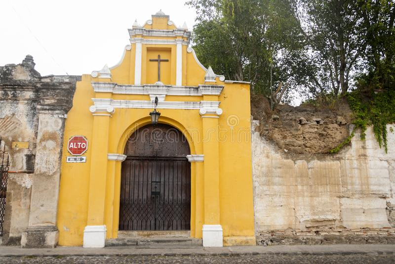 Kapelmanier van de Dwarsposten in straat van thesteps van La-Antigua Guatemala Antieke deur in antigua Guatemala stock foto's
