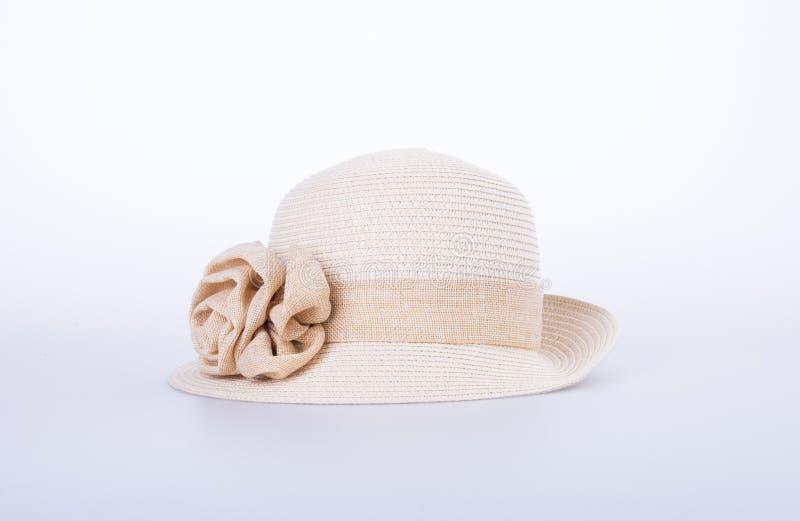 Kapelusz dla damy lub ładny słomiany kapelusz z kwiatem zdjęcie stock