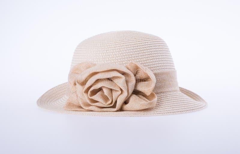 Kapelusz dla damy lub ładny słomiany kapelusz z kwiatem zdjęcia stock
