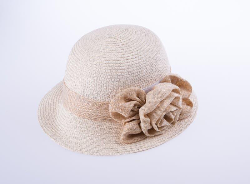 Kapelusz dla damy lub ładny słomiany kapelusz z kwiatem zdjęcie royalty free