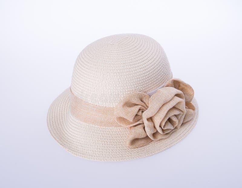 Kapelusz dla damy lub ładny słomiany kapelusz z kwiatem fotografia royalty free