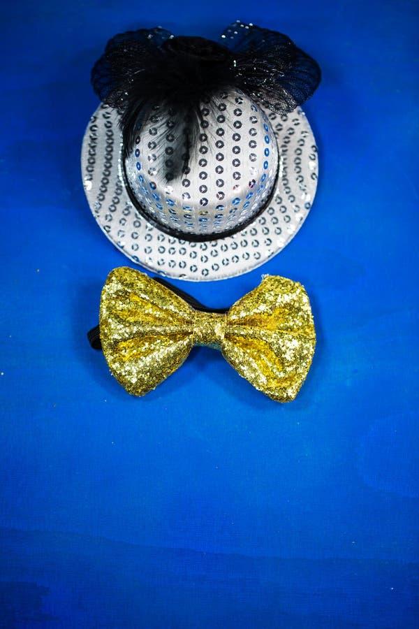 Kapelusz i łęku krawat, błękitny tło, przyjęcie, karnawał, nowego roku ` s zdjęcia royalty free