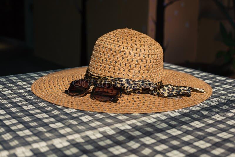 Kapelusz i okulary przeciwsłoneczni na stole fotografia royalty free