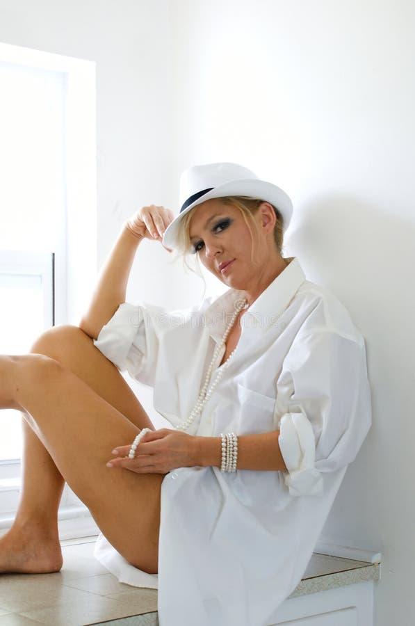 kapelusz obsługuje koszulowej kobiety zdjęcia royalty free