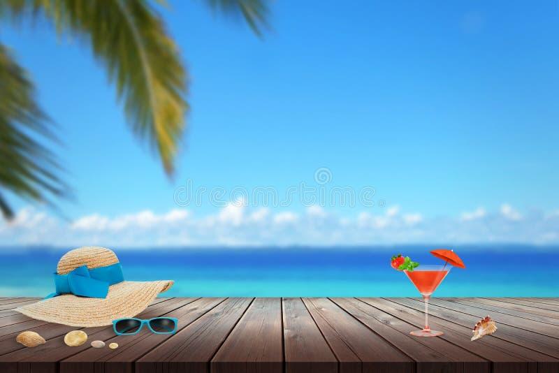 Kapelusz, okulary przeciwsłoneczni, koktajl, skorupa na plaża stole Plaża, morze, palma i niebieskie niebo w tle, zdjęcie royalty free