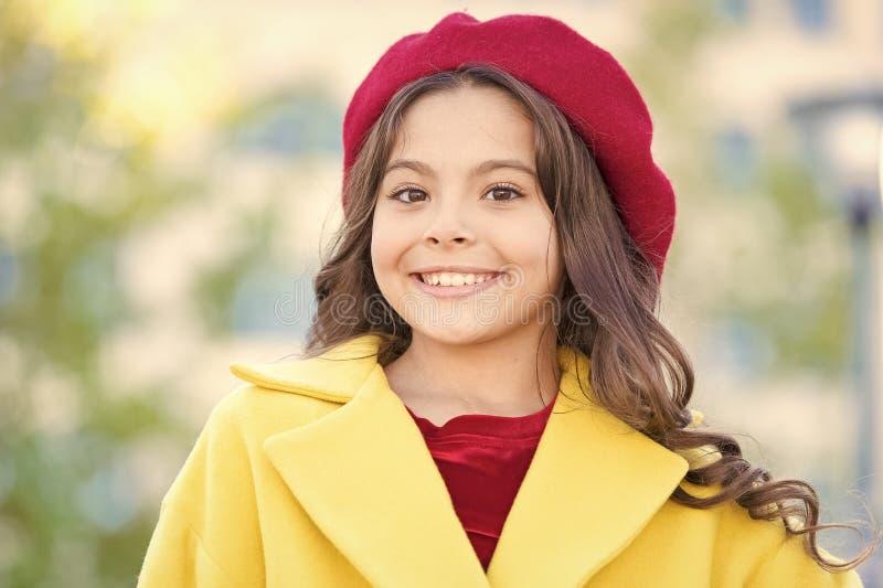 Kapeluszowy akcesoryjny francuski moda szczeg?? Dzieciak dziewczyny jaskrawy kapeluszowy beret Jesieni mody kapeluszowy akcesoriu fotografia royalty free