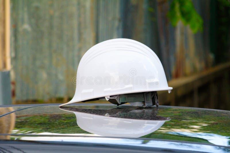 Kapeluszowy zbawczy klingeryt w budowie na samochodu dachu fotografia stock
