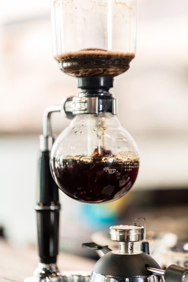 Kapinos kawowa maszyna w super modnym sklep z kawą obrazy royalty free