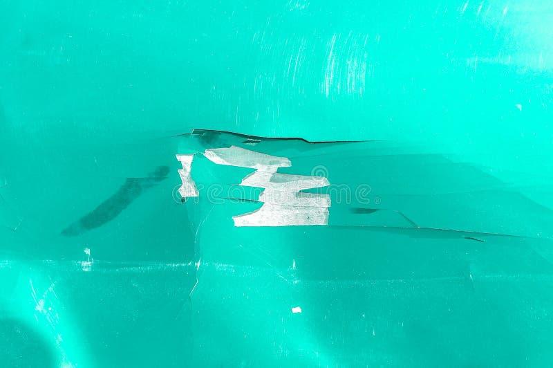 Kapiszon zielony samochód z porysowanym up i uszkadzającym farba strugającym pęknięciem od trzaska wypadku zakończenia zdjęcia stock