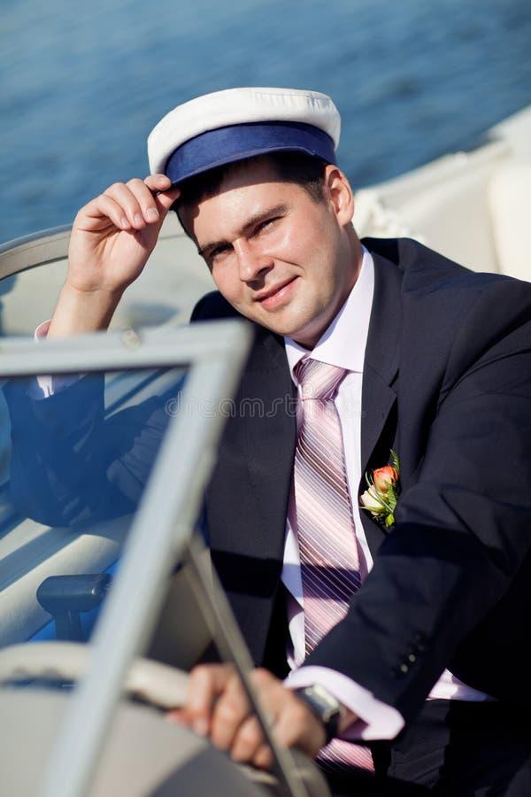 Kapitän, der die Yacht handhabt stockfotografie