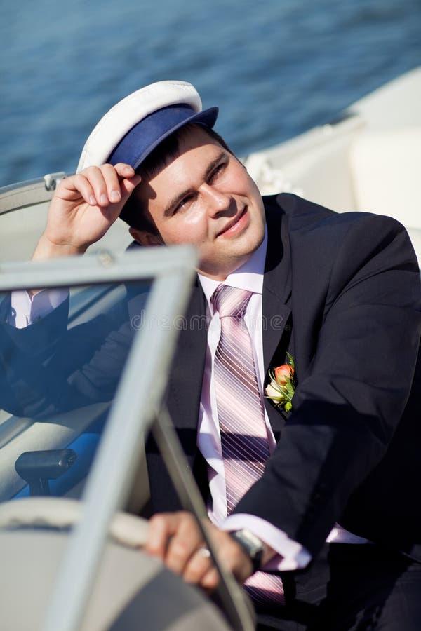 Kapitän, der die Yacht handhabt lizenzfreie stockfotos